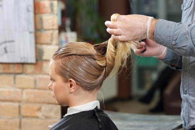 白髪染めヘアカラーで染めている女性(イメージ)