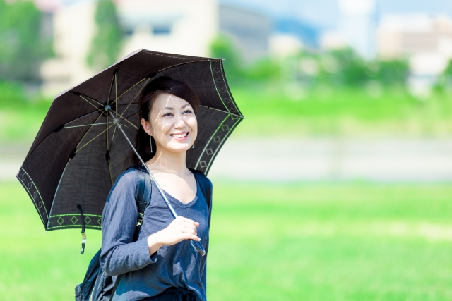 日傘を指して紫外線を避ける女性