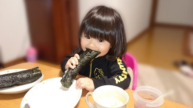 海苔巻きを食べる女の子